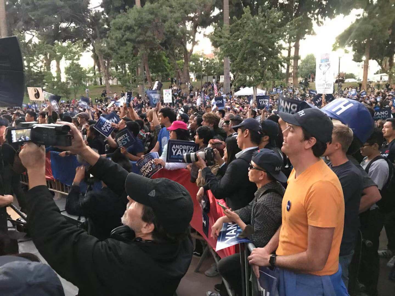 上千名各個族裔的市民聚集於麥克阿瑟公園。記者華夏美佳攝