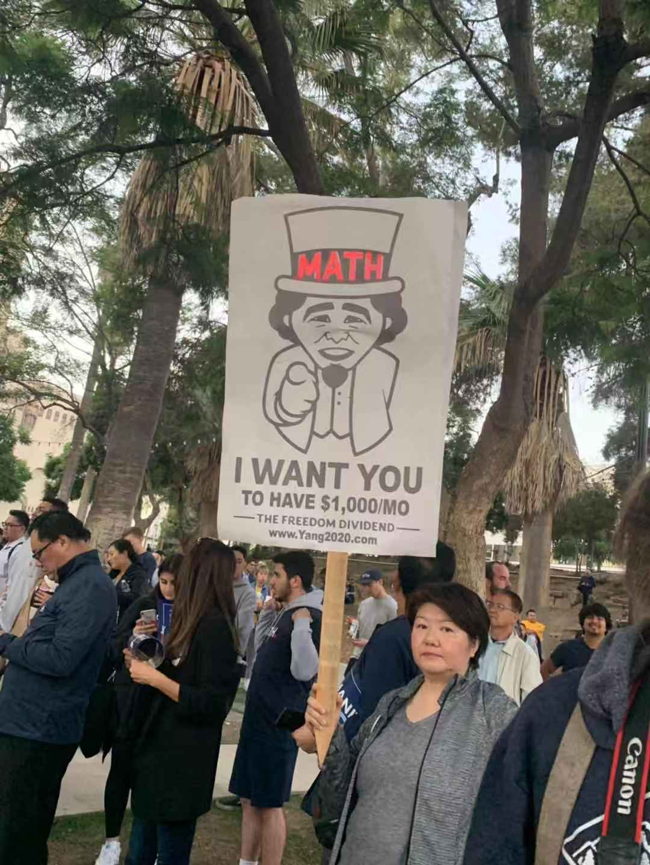 民眾高舉標語支持楊安澤。記者華夏美佳攝