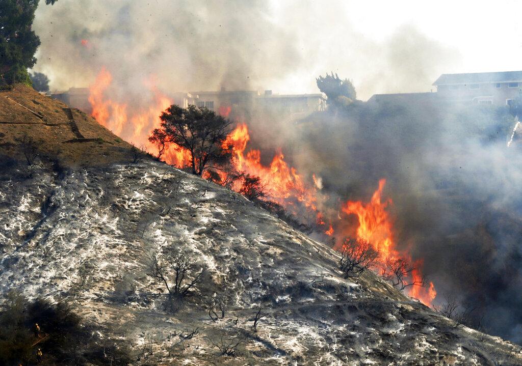 2017年12月6日檔案照顯示, Skibball山火襲捲整個洛杉磯Bel Air區,威脅山脊線上的民宅。美聯社