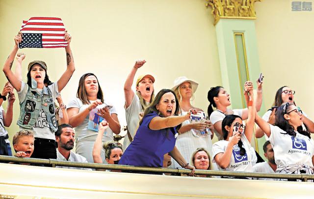 大批反對人士在州議會抗議。美聯社