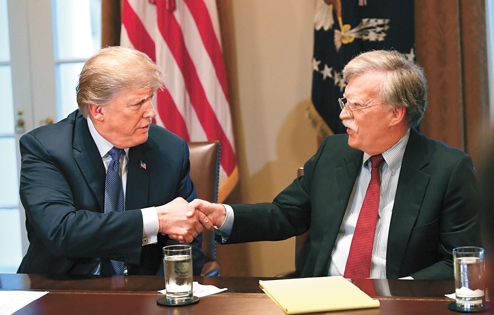 特朗普(左)10日宣布解僱國安顧問博爾頓(右),但博爾頓卻稱是主動提出辭職。資料圖片