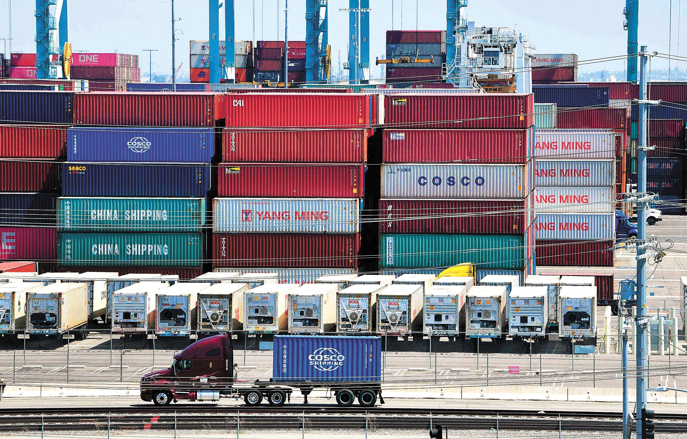 中國11日宣布,對16種美國輸華商品豁免加徵關稅。美國總統特朗普(圓圖)也宣布,將提升對華2500億美元中國商品徵稅比例的日期從10月1日推遲至10月15日。法新社/美聯社