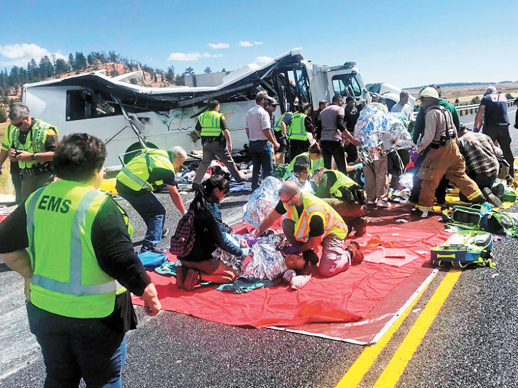 美國猶他州發生旅遊巴士嚴重車禍,至少釀成4人死亡,圖為事故現場有傷者須要即場治理。美聯社