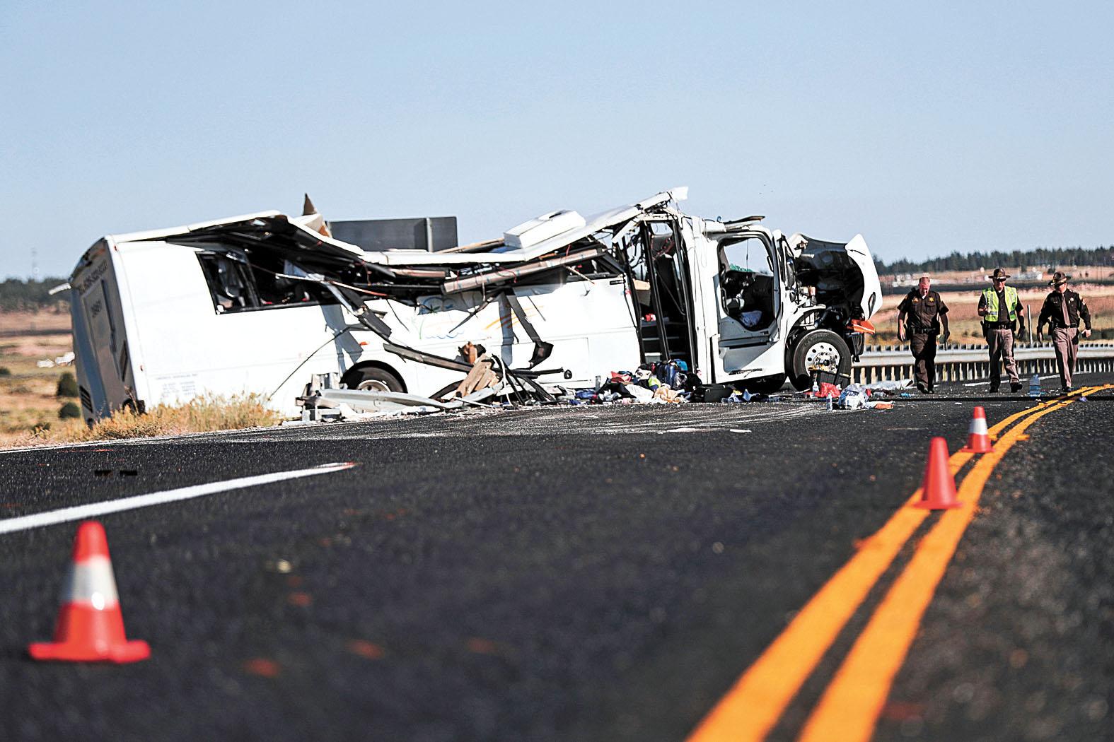 圖為旅遊巴毀損嚴重,當局封閉事發路段。美聯社
