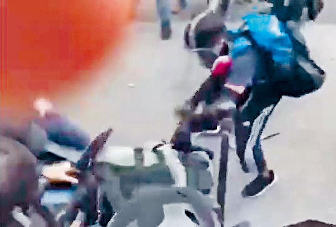 示威者多次拉著防暴警的槍袋圖搶槍。網上圖片