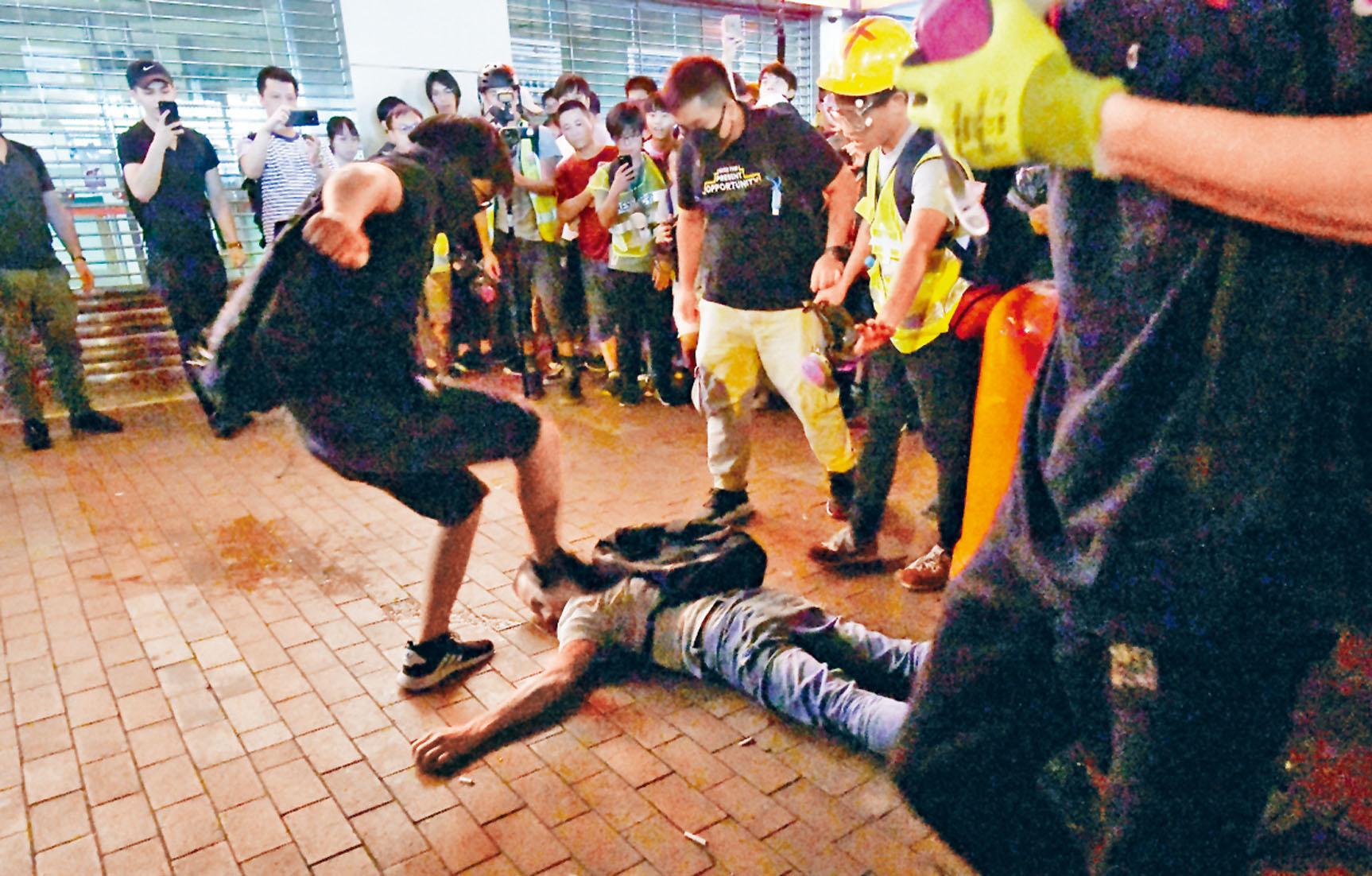 一男子被指非禮遭打至倒地踩背。本報記者蘇正謙攝