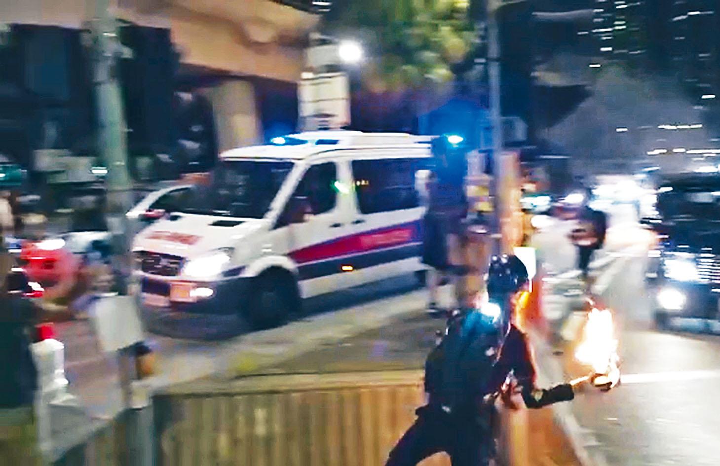 示威者向警車投擲汽油彈。網上圖片