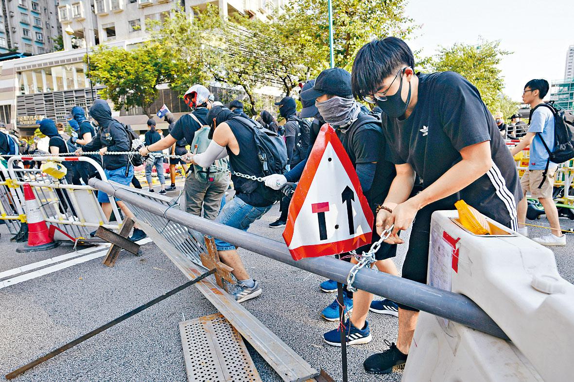 示威者用雜物堵路。本報記者蘇正謙攝