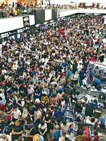 東京成田機場大堂,周一擠滿因颱風滯留的乘客。