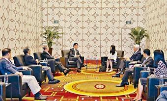 商務及經濟發展局局長邱騰華(左四)在美國洛杉磯出席由香港貿易發展局舉辦的「邁向亞洲 首選香港」論壇期間,與洛杉磯市國際事務副市長Nina Hachigian(右四)會面。