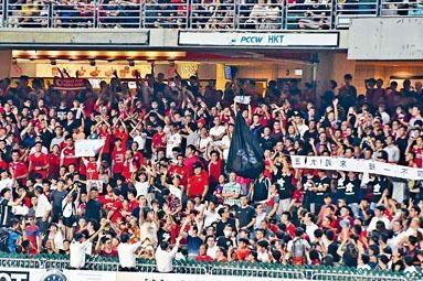 有球迷在奏國歌時,展示黑色區旗及發出噓聲。