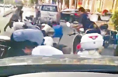 民眾在馬路上撿錢造成交通受阻。