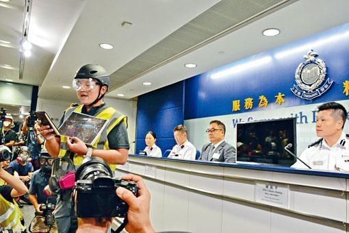 警方記者會上記者代表宣讀聲明表達不滿。