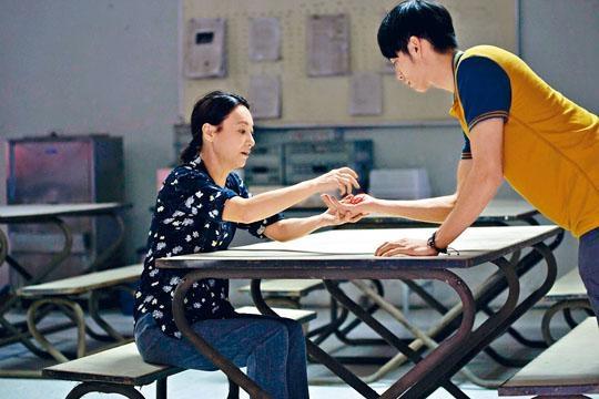 曹佑寧和陳家樂都指紅姐眼神凌厲、氣場強大。
