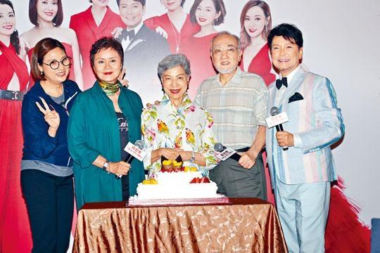 戚美珍、林建明、羅蘭、盧海鵬等好友推出蛋糕為賈思樂慶生。
