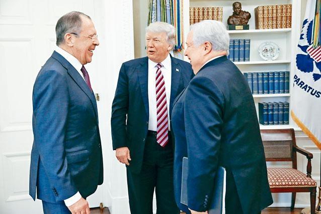二〇一七年五月,特朗普在白宮橢圓形辦公室接見俄外長拉夫羅夫(左)和時任俄國駐美大使季瑟雅克。