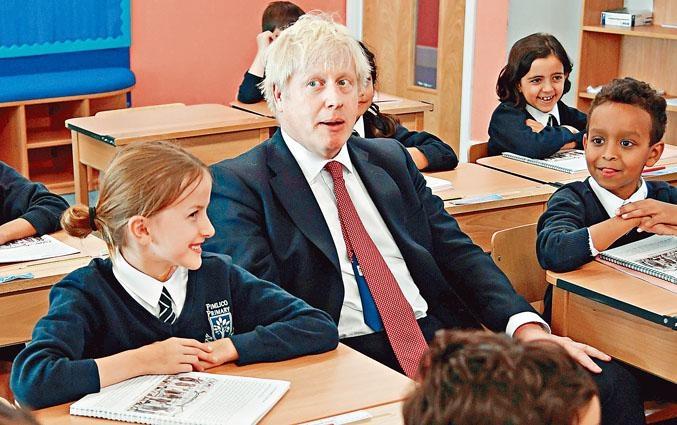 英國國會踏入休會期,首相約翰遜周二到訪倫敦一所小學