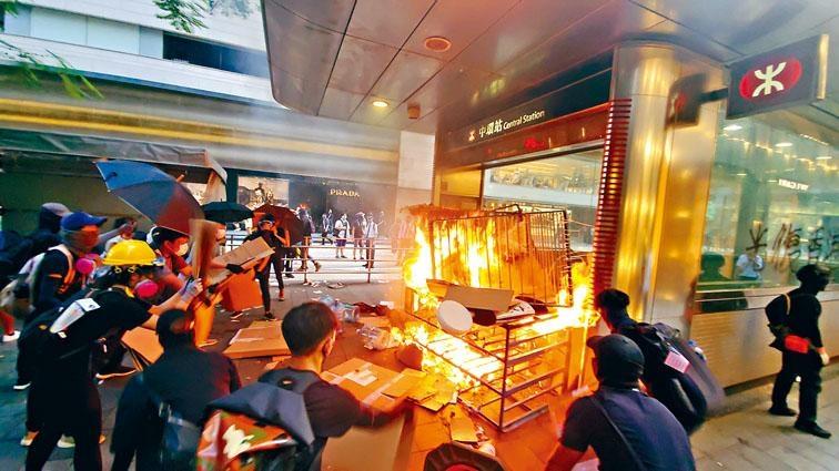 在港鐵中環站外縱火的「勇武派」示威者。