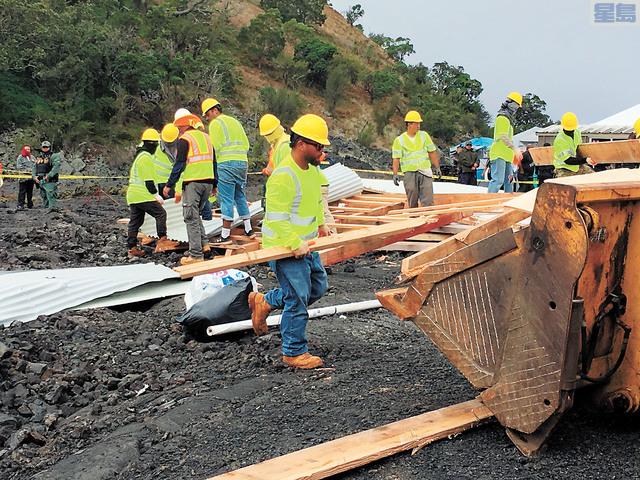 當局派員拆除遷建小木屋。美聯社