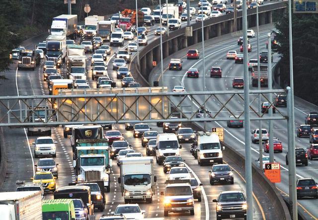普吉灣發展迅速,市郊地區也出現都會區的交通堵塞問題。美聯社資料圖片