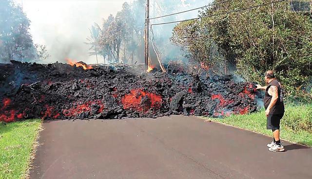 去年基拉韋厄火山爆發,熔岩截斷公路。美聯社資料圖片