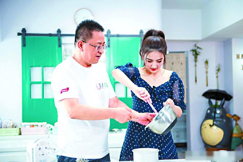 徐璐與爸爸一起製作料理。