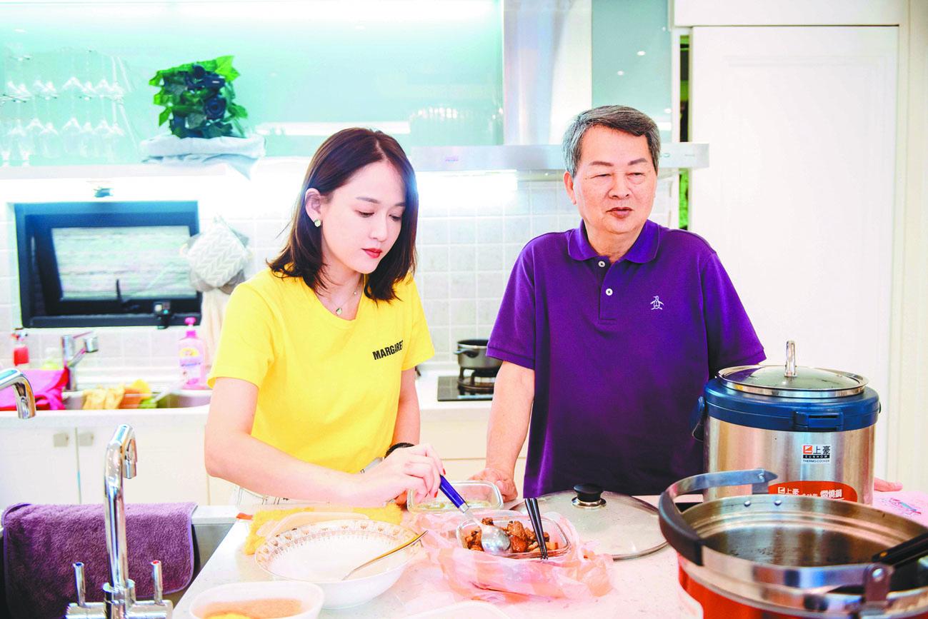 陳喬恩爸爸為女兒下廚。 網上圖