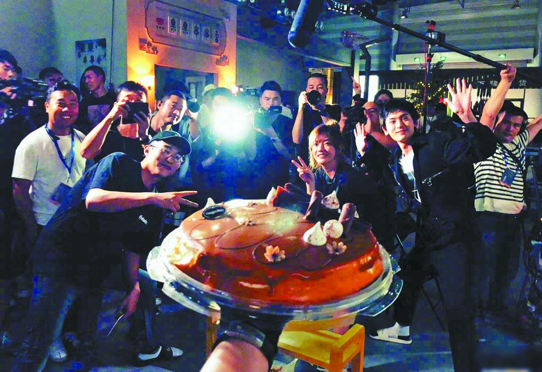 趙薇(右二)與同事一起慶祝收工。網上圖片