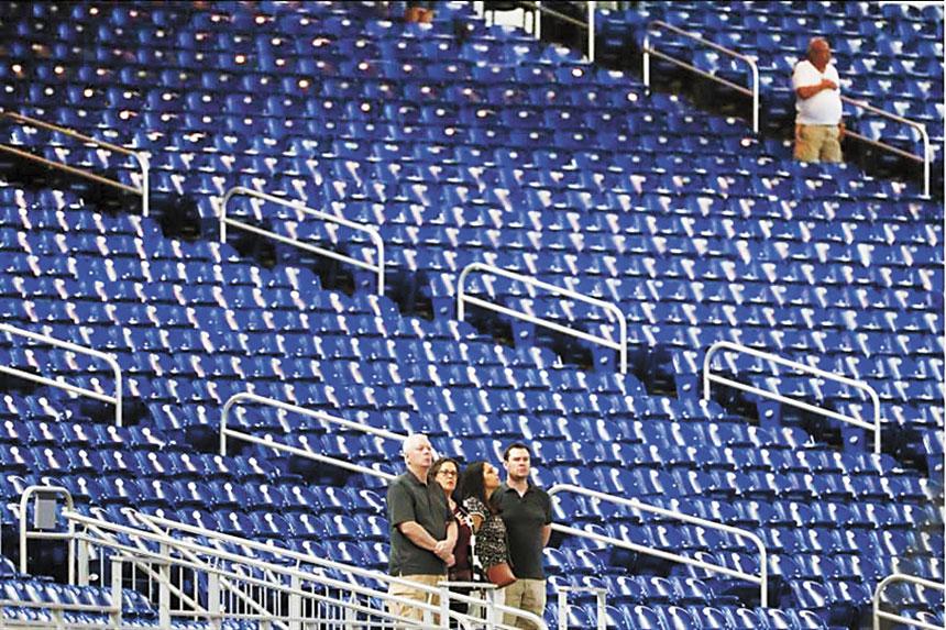 馬林魚主場對戰釀酒人,賽前唱國歌時幾乎沒觀眾。美聯社