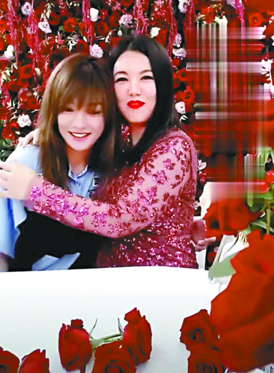 趙薇(左)與李湘現身網絡直播間。 網上圖片