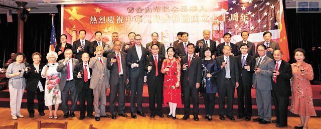 總領事王東華與國慶委員會共同主席、嘉賓舉杯共慶國慶70周年。記者賴漢鈞攝