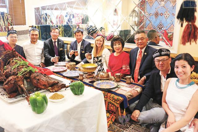 任發強(左一)、朱感生(右三)、邵陽(左三)、李偉忠(右二)等中美兩地官員參加新疆美食節。記者彭詩喬攝