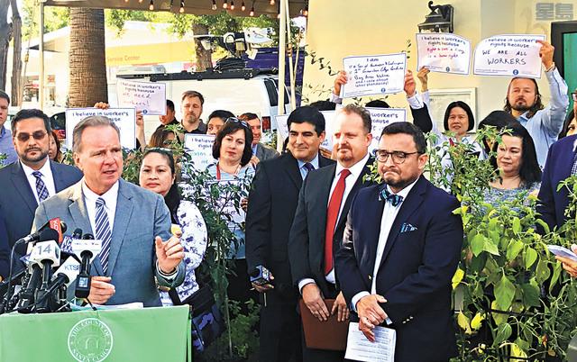 數十名民眾到場支持縣府的新措施。記者賴漢鈞攝