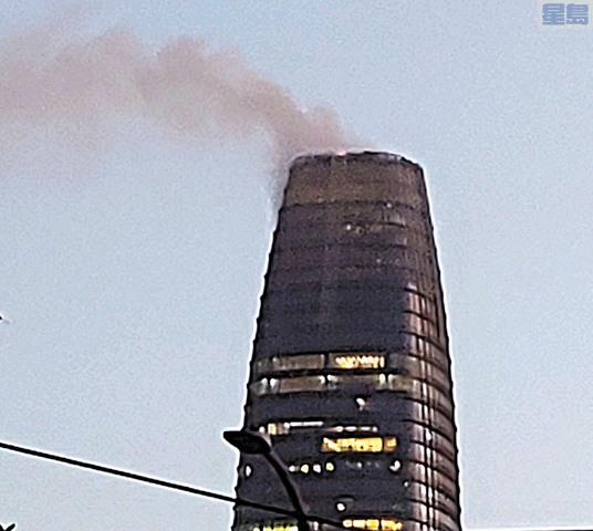 消防局表示Salesforce大樓冒出的是蒸汽不是煙。取自推特