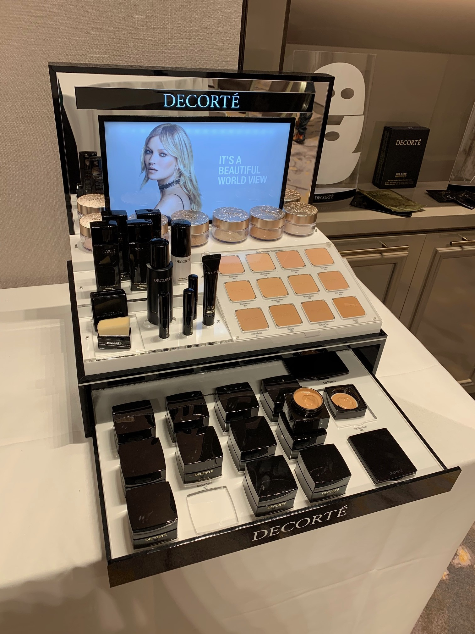 黛珂的彩妝系列做為護膚系列的延伸,幫助肌膚展現健康透亮光澤。
