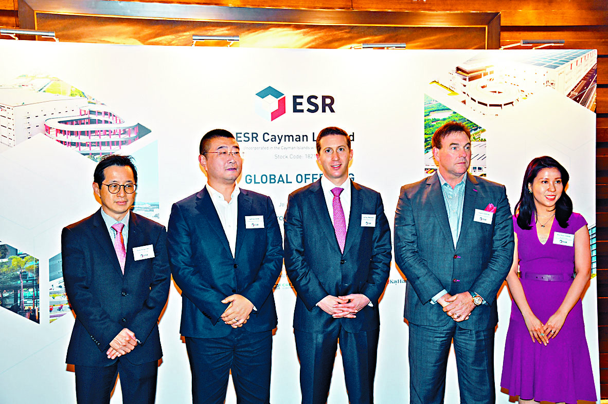 重磅新股ESR昨開始招股,認購非常慢熱。圖為ESR主席Jeffrey Perlman(中)。