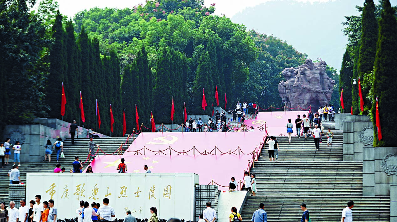 ■國慶期間紅色旅遊持續升溫。圖為遊客在重慶 紅岩魂廣場參觀遊覽。 新華社