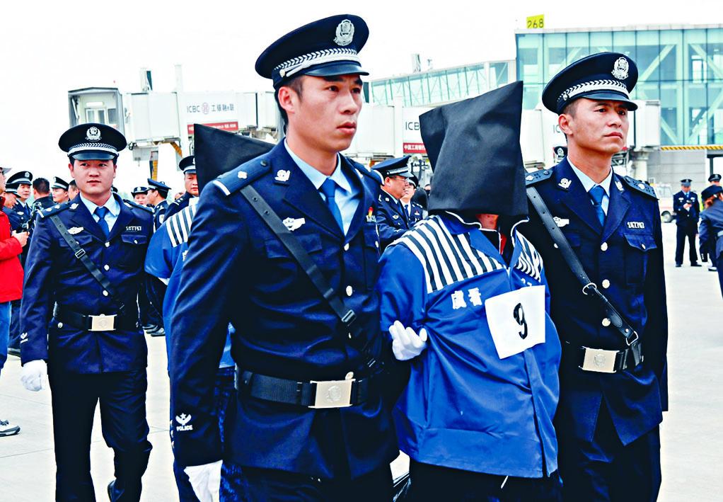 一百三十六名電信網絡詐騙犯從老撾被押解回國。