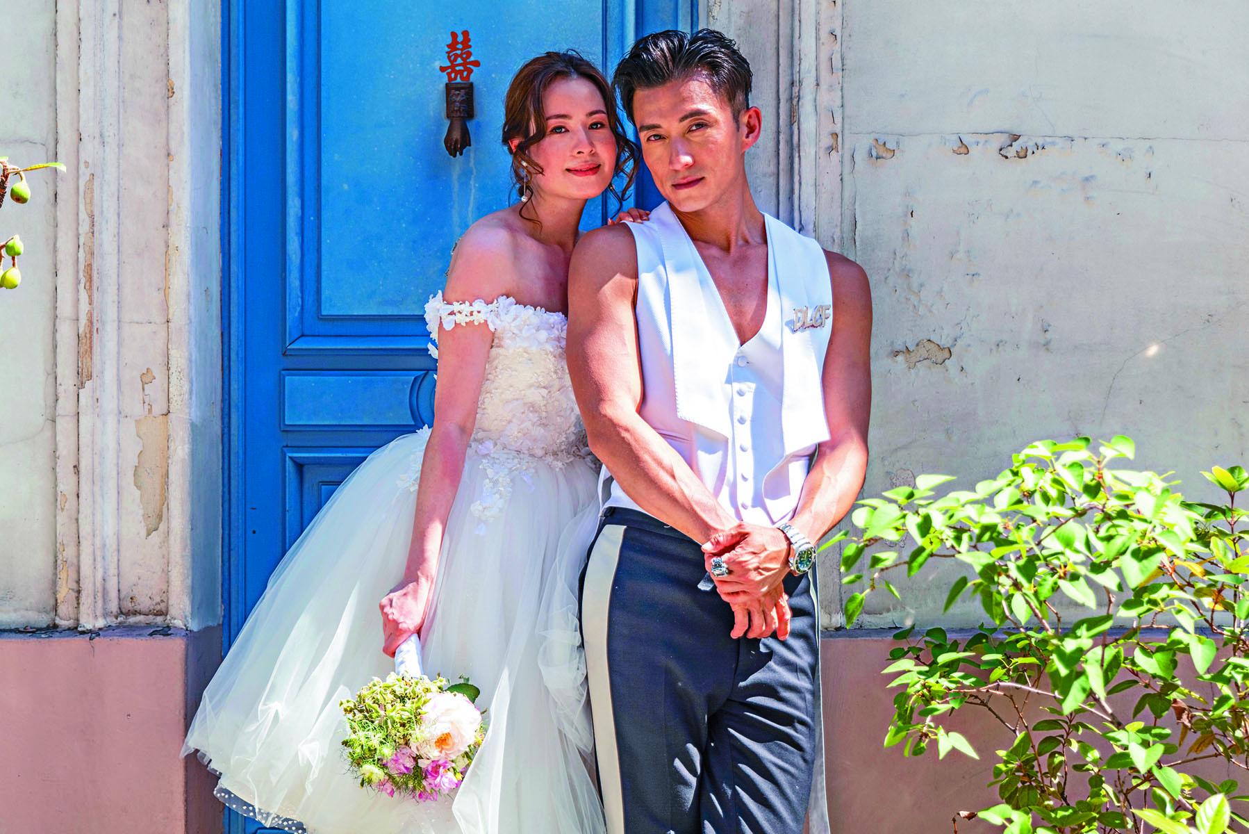 貪靚的陳山聰,在婚照中大晒麒麟臂。