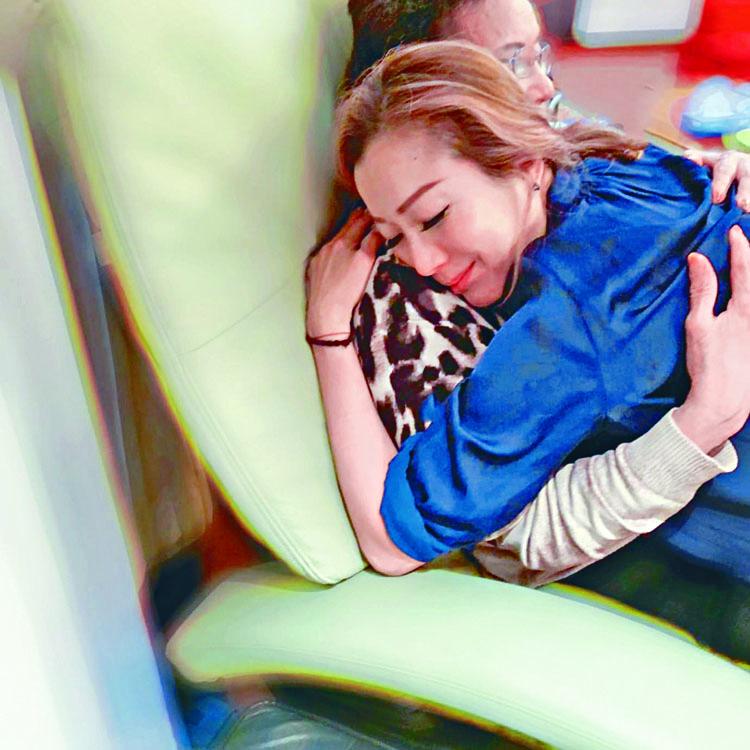 Sammi盡心照顧「生蛇」的母親。