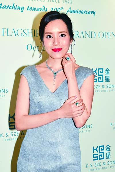 湛琪清試戴千萬珠寶,大讚好靚。