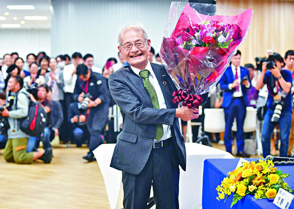 日本化學家吉野彰獲諾獎後,周三在東京見傳媒時笑容燦爛。