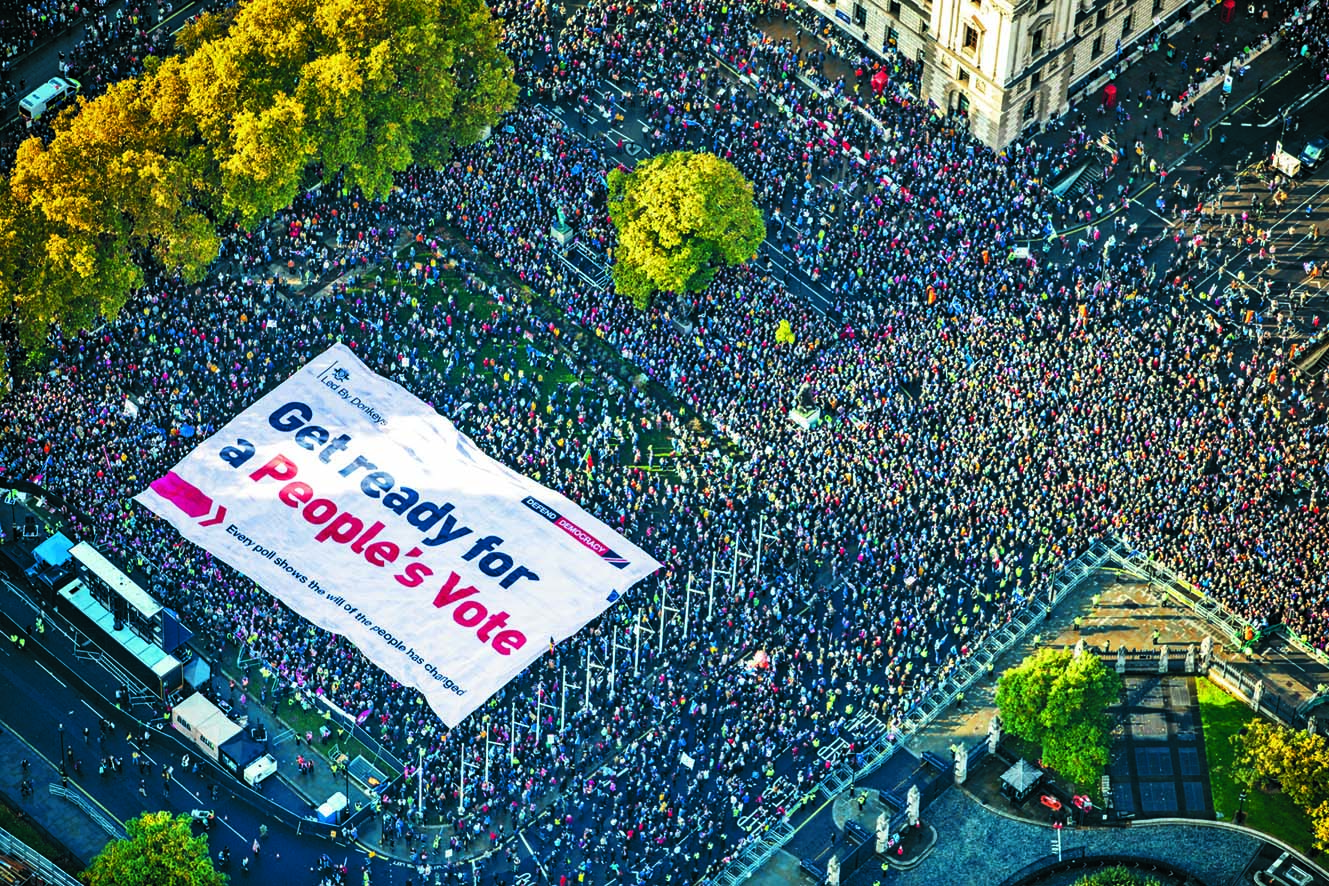 ■反脫歐示威者上周六在倫敦國會廣場集會,展示 要求舉行第二次脫歐公投的巨型標語。  路透社