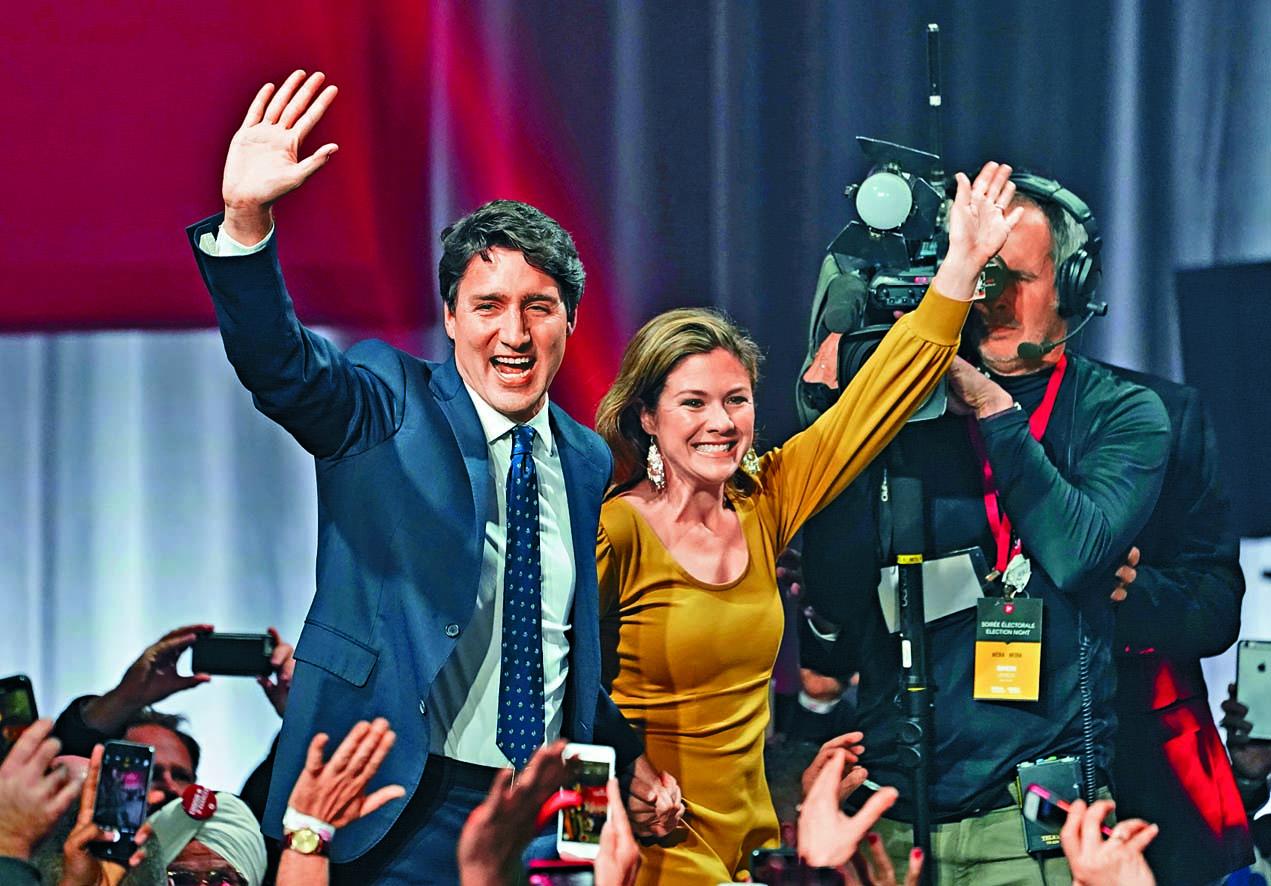 贏得大選的杜魯多周一偕同妻子蘇菲,現身自由黨在蒙特利爾的競選總部。