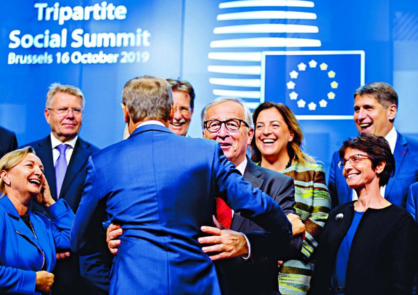 歐盟委員會主席容克(中)周三在布魯塞爾出席會議。