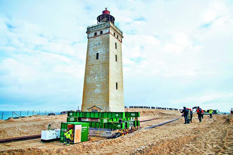 (星島日報報道)丹麥一座已有一百二十年歷史的燈塔,最近裝上輪子放上鐵軌,準備移至離海岸超過七十六米處,以防它持續遭到海水侵蝕。位於丹麥日德蘭半島北部的魯比約角燈塔建於一九〇〇年,最初它距離海岸約二百米,到現在變成只相距約六米。該座二十三米高燈塔一九六八年起已停止運作,之後一度被用作博物館,每年吸引超過二十五萬名遊客。為了將燈塔移至較遠離海邊之處,工作人員預計以每小時八米的速度,花十小時移動燈塔。丹麥環境部為挽救該燈塔,斥資五百萬丹麥克朗(約五百八十四萬港元)。