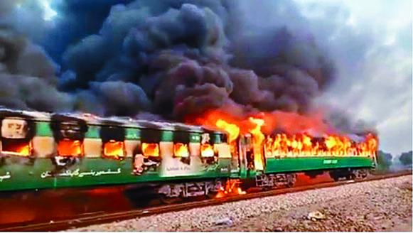 列車起火,黑煙 衝上半空。 互聯網