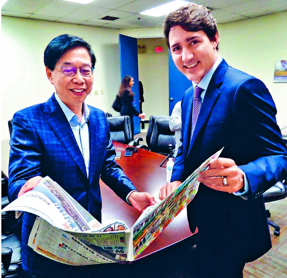 ■杜魯多上周五由加拿大星島傳媒集 團行政總裁黃敬強陪同,參觀報館運 作並閱覽當天出版的報章。  本報記者
