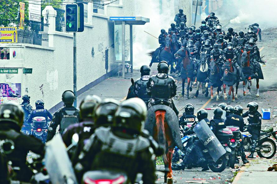 防暴騎警在國會大樓附近布防。