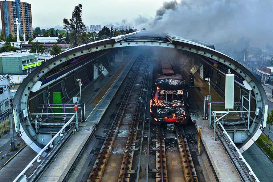 ■智利聖地亞哥地鐵站,上周遭示威者焚燒,抗議車票加 價。 法新社
